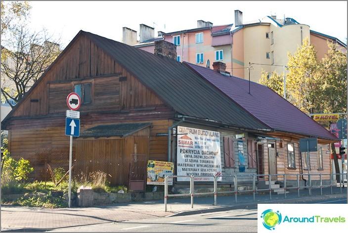 Melko usein Puolassa on myös vanhoja nuhjuisia taloja