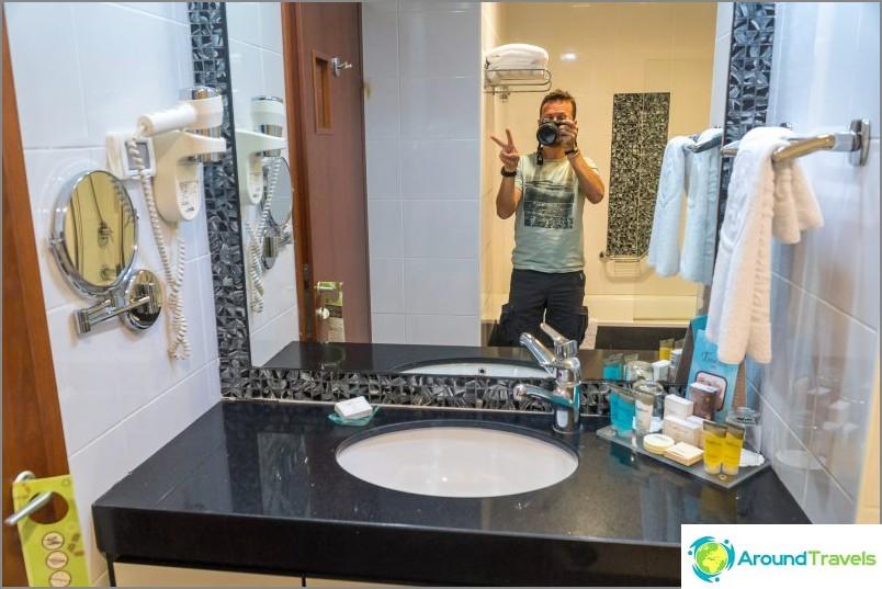 Toinen kylpyhuone, jossa suihku ja kylpy