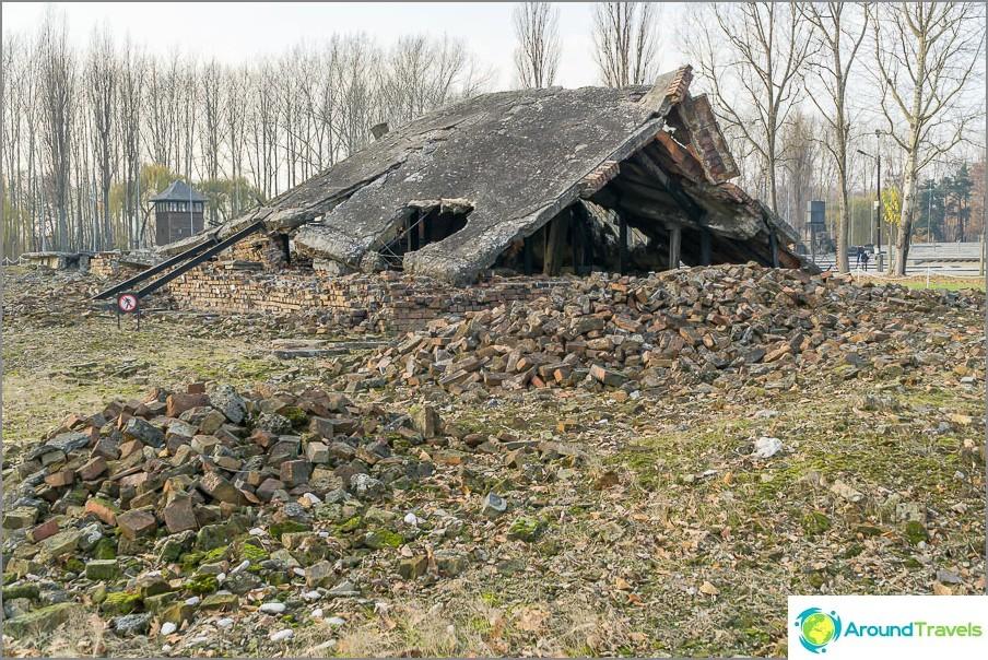 Räjähtäneen krematorion rauniot