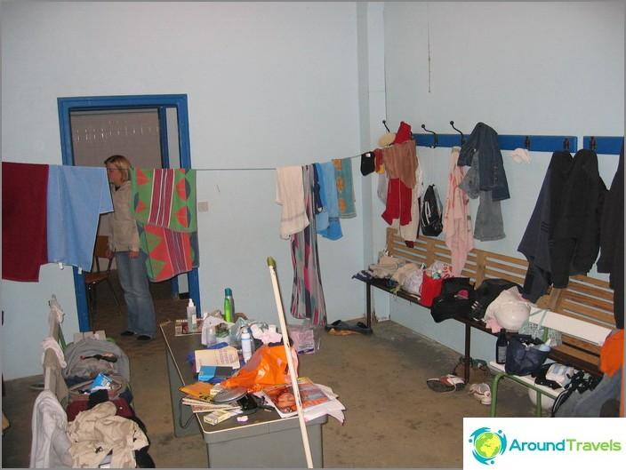 Vapaaehtoisten elämä on pukuhuone suihkulle erillisessä talossa.