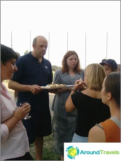 Vapaaehtoistyön ohjelmat - tapaaminen paikallisten asukkaiden kanssa.