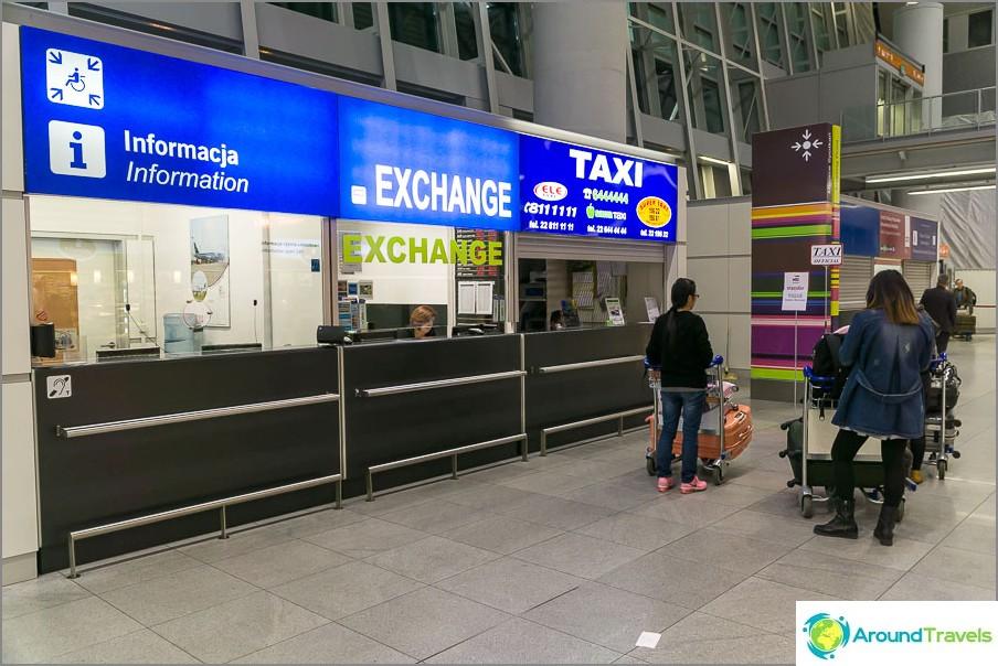 Varsovan lentokentän taksi ja valuutanvaihto