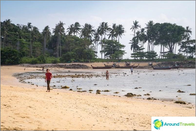 Vasen puoli Relax Beach Lantaa laskuveden aikaan