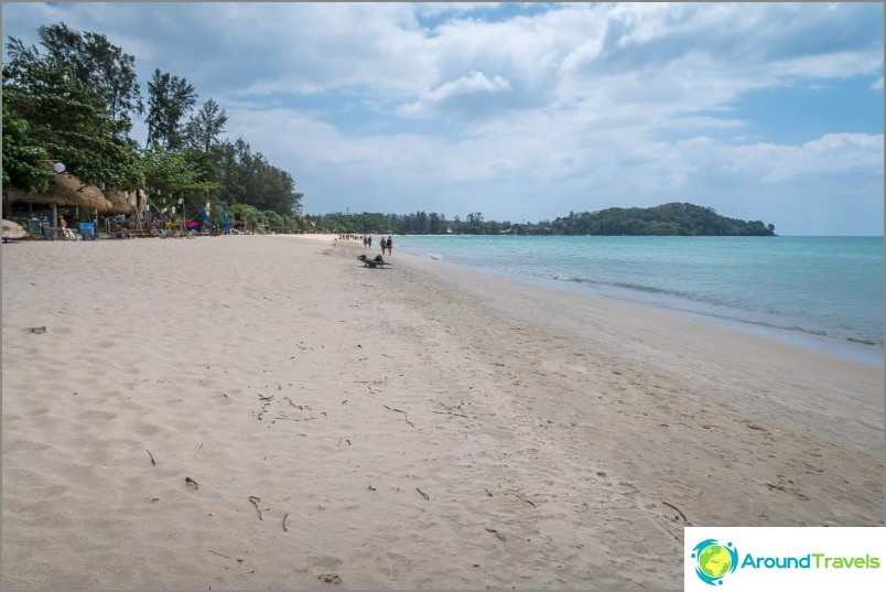 Лявата част на плажа Klong Dao в Ланта