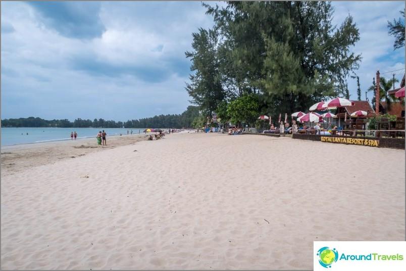 Централната част на плажа Klong Dao в Ланта