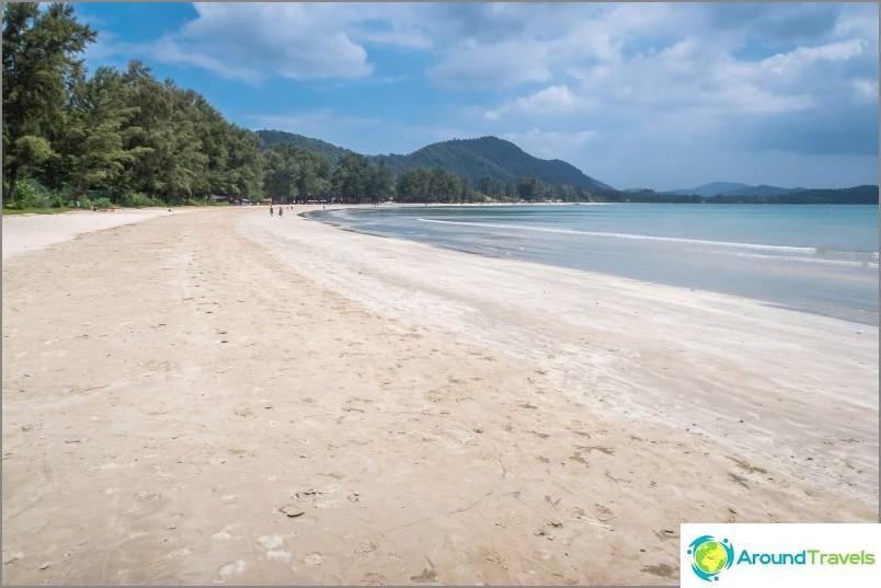 Дясната страна на плажа Klong Dao в Ланта