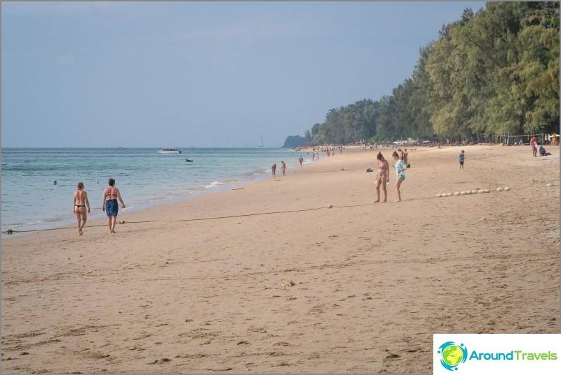 Pitkä ranta Koh Lantassa laskuveden aikaan