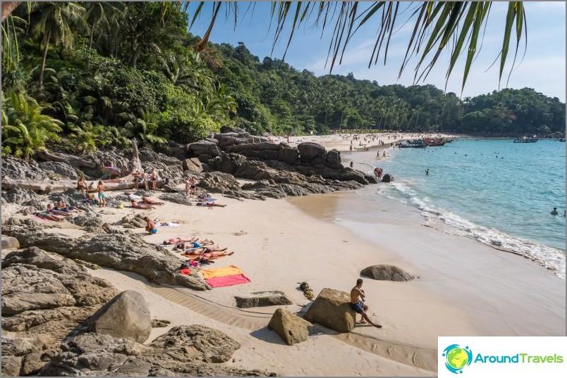 Същият плаж, който е отделен от скала от останалата свобода