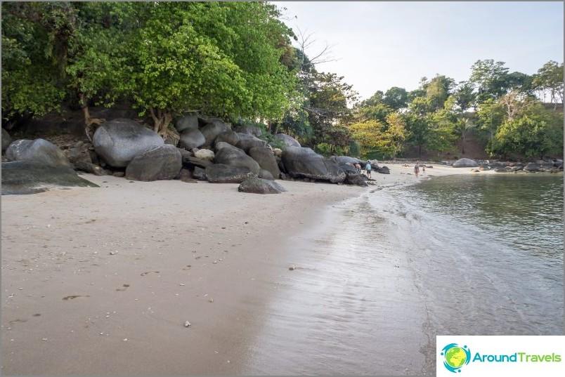 Näkymä vasemmalle, näkyvät kivet jakavat rannan kahteen puolikkaaseen