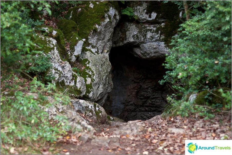 Sisäänkäynti luolaan ei ole aivan helppo löytää