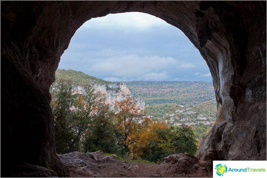 Luola päättyy ikkunaan, jolta on näköala vuorille.