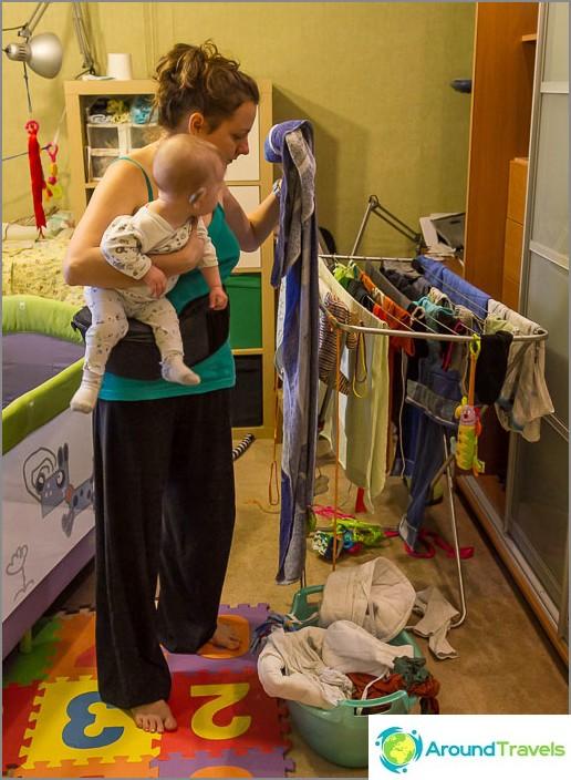Pieni poika mukana äidin asioissa