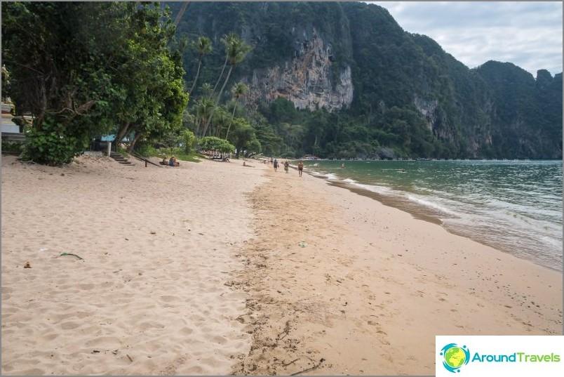 Näkymä vasemmalle, kohti ponttonsiltaa. Tiukasti vuoren takana ponttorin takana - Ton Sai Beach