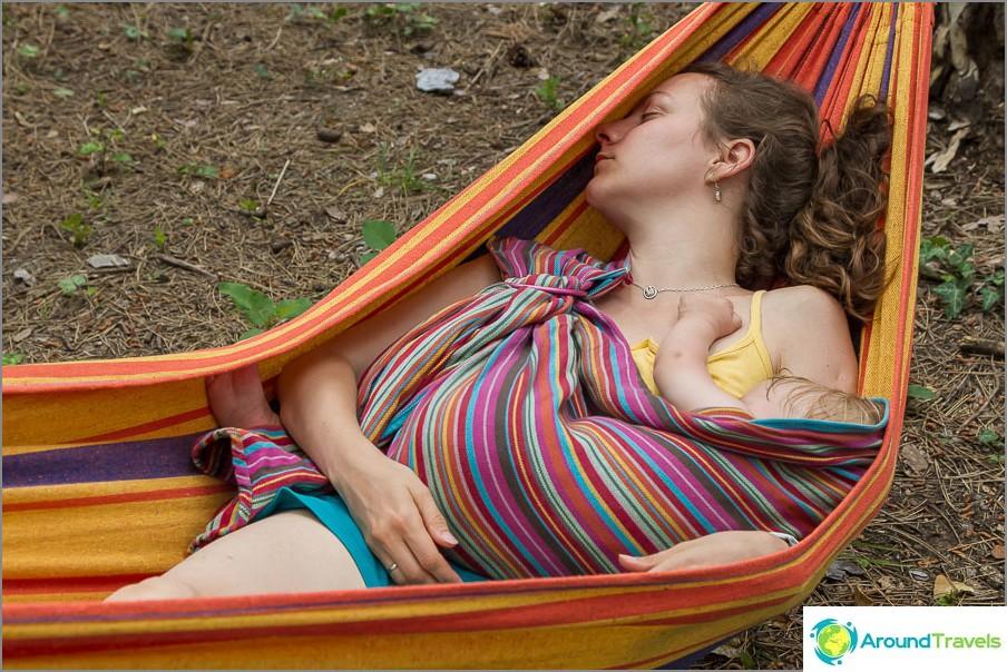 Äiti nukkuu silmukassaan ja vauva - omassa :)