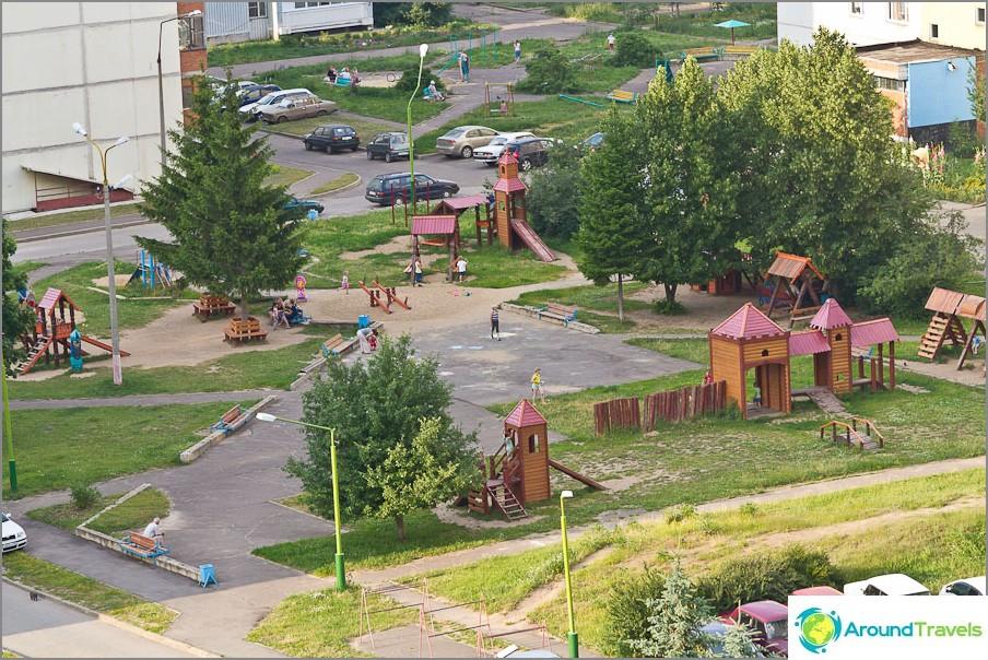 Puinen kaupunki leikkipaikalla