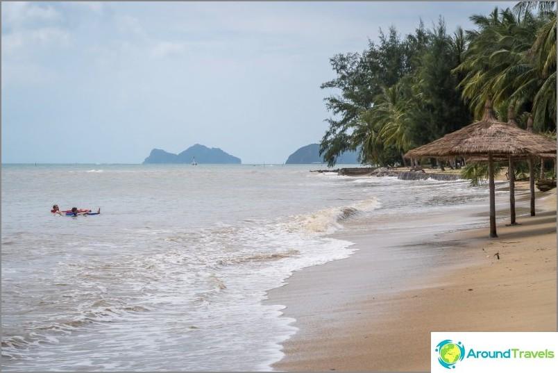 Korkean veden kanssa ranta katoaa paikoin.
