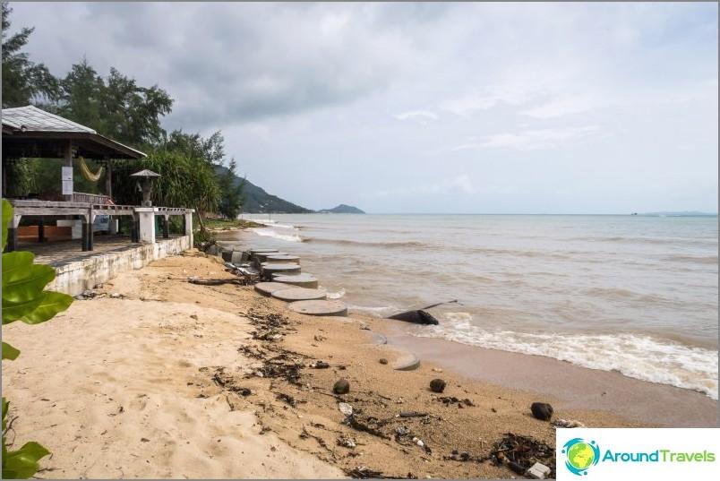 Kun meri pesi rannikon rakennuksiin, se on vahvistettu betonirenkailla