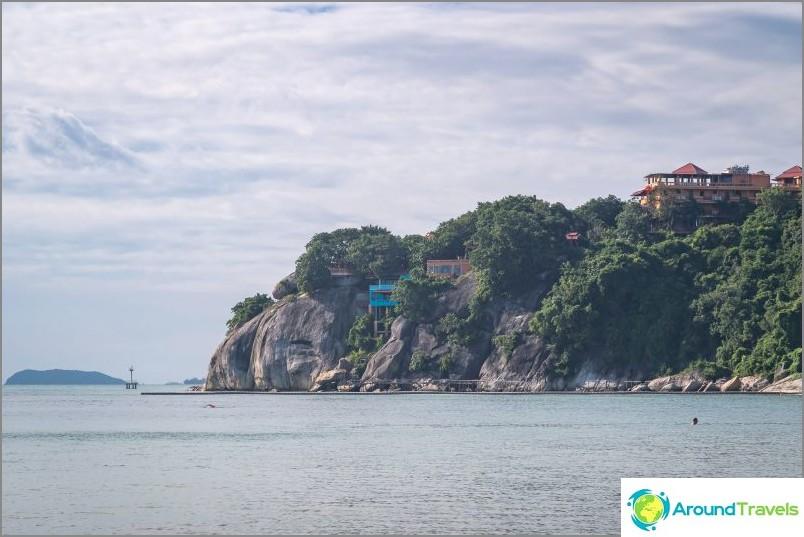 Lila Beachin oikealla reunalla, kallioilla, on intialainen hotelli, jolla on kaunis pyhäkkö.