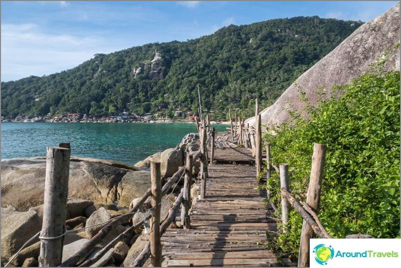 Bambu Hut -baarista johtava silta rannan vasemmalla puolella