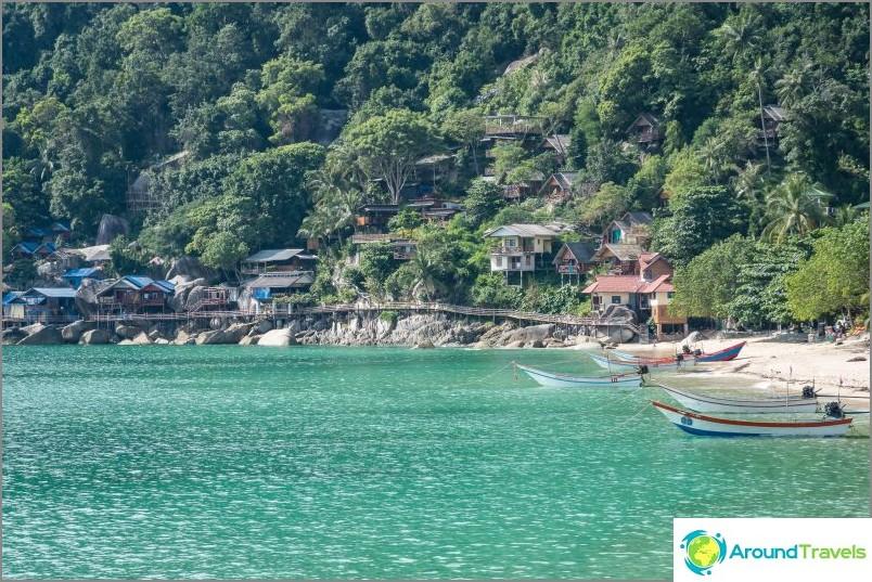 Kaukaista Haad Yuanin viittaa ympäröivät myös sillat, paikallisten bungalowien asukkaat kävelevät niillä.