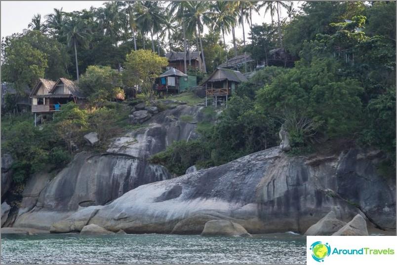Скали с къщи започват точно зад реката.