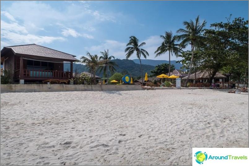 Някои курорти са оградени от основния плаж.