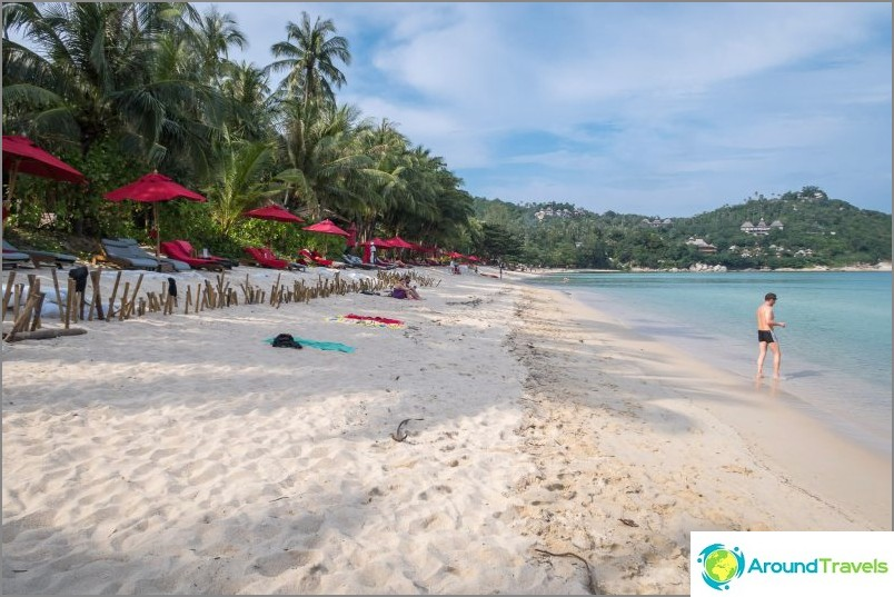 Вляво плажът също опира до нос. Зад, в пясъка - импровизирана ограда на съседен курорт.