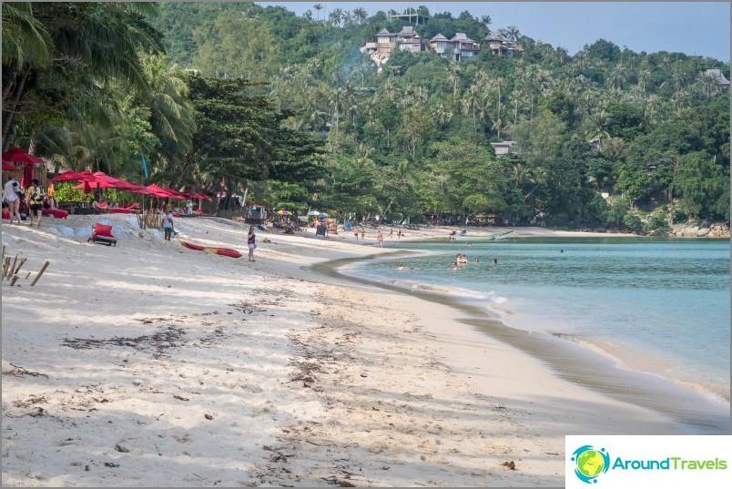 В горещия сезон крайбрежието е много по-чисто и гладко, сега можете да видите залепващи торбички изпод пясъка, които укрепват брега от замъгляване