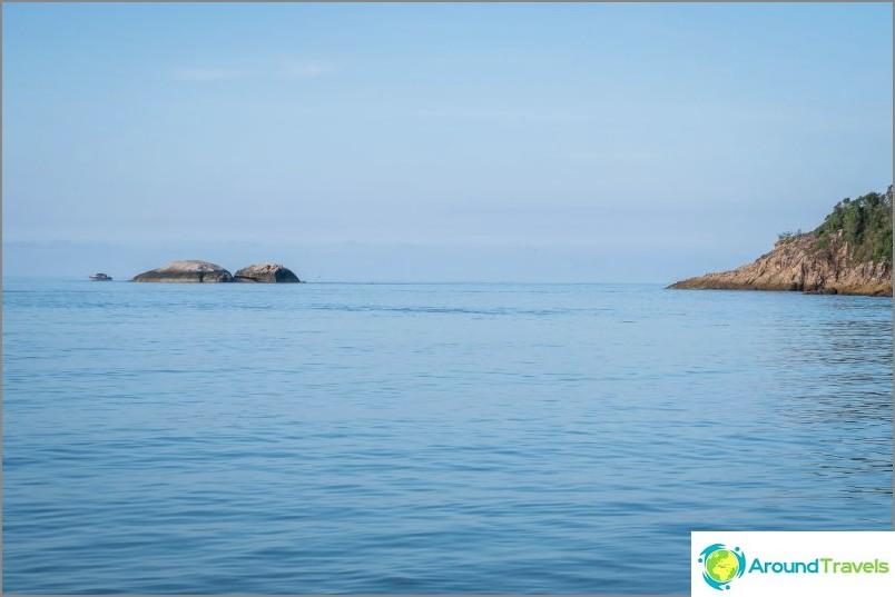 Horisontti rannan oikeassa reunassa