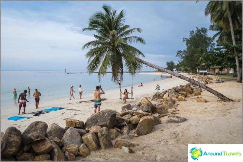 Ranta on kapea ja epäselvä, joten rannikolla on paljon kiviä ja keinotekoisia osia