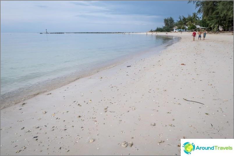 Paljon kiviä hiekassa, paljain jaloin ei ole kovin mukavaa