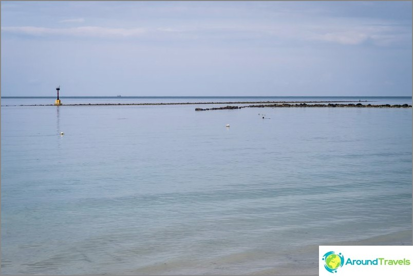 Meri on matala, horisontissa on pohjasta korotettu kiviharju