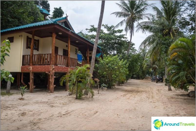 Polku rannalle kulkee lomakohteen Wang Sai Resortin alueen läpi