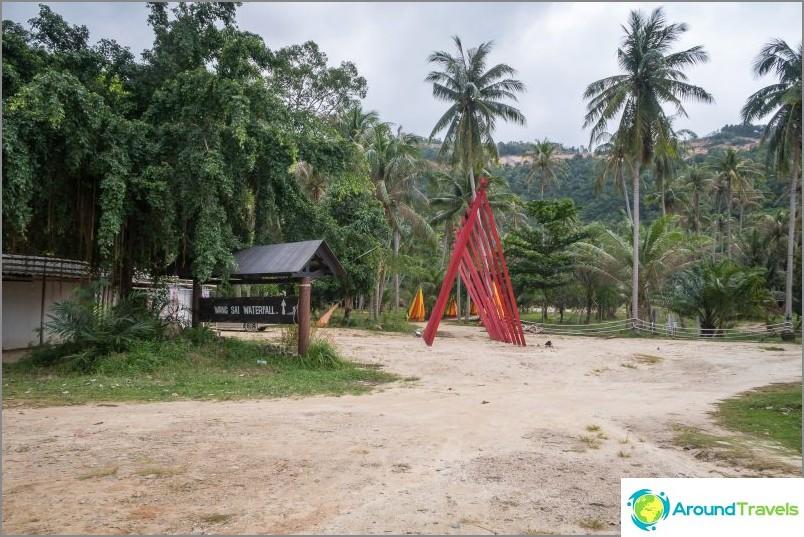 Huvipuiston pysäköinti vesiputous kanssa