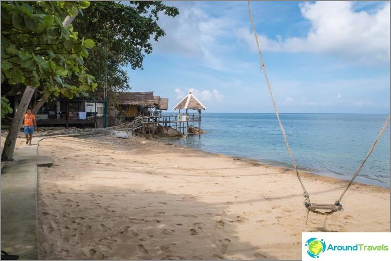 Näkymä vasemmalle Haad Kruat Beachin keskustasta. Kammattu hiekka ja keinu harvinaisille vierailijoille.