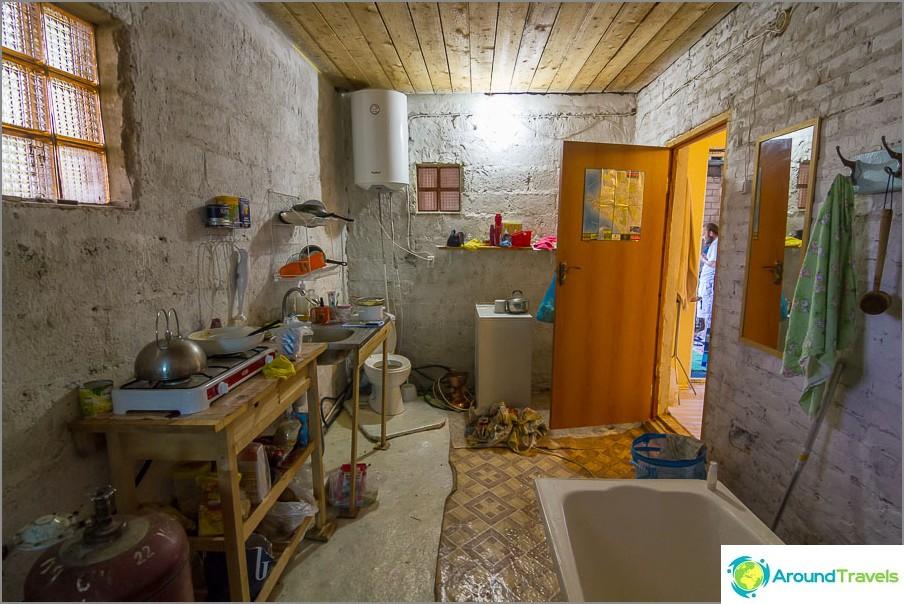 Имаме подземна кухня и баня