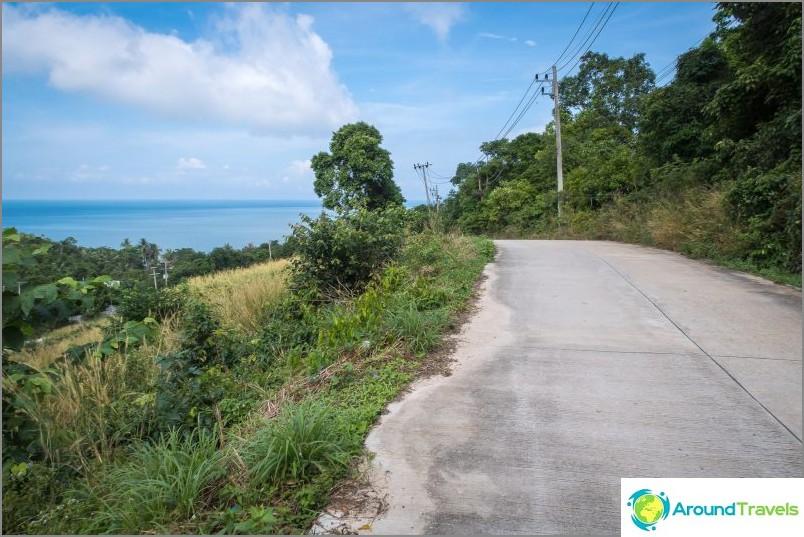 Tie rantaan kulkee melko avoimen alueen läpi kauniiden maisemien kanssa.