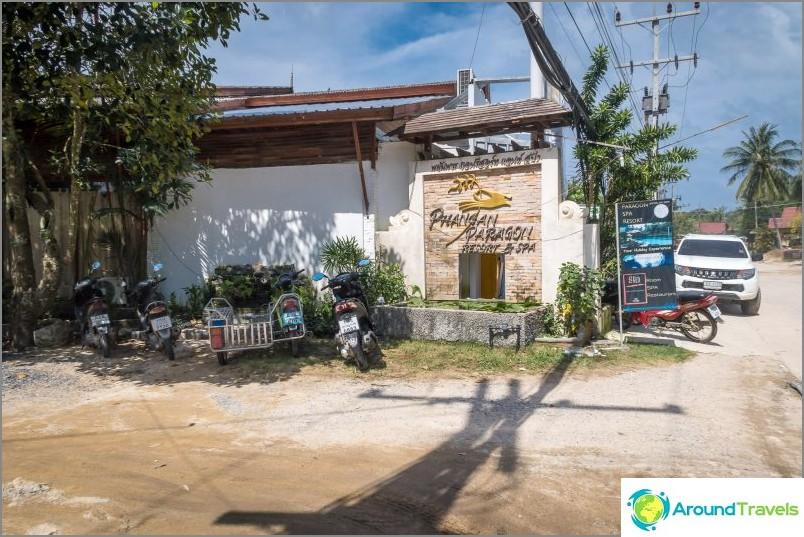 Phangan Paragonin lähellä on kätevä pysäköinti ja kulku Chao Paon rannalle