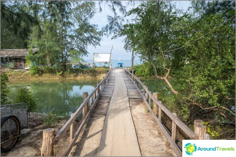 По моста стигаме до пътеката, която води към курорта Phangan Cove