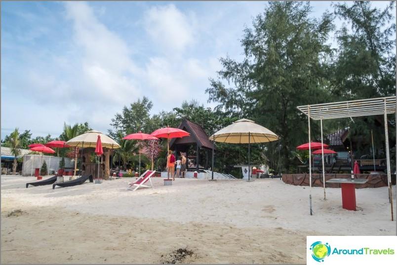След като минем през курорта Phangan Cove, стигаме до плаж Сритану