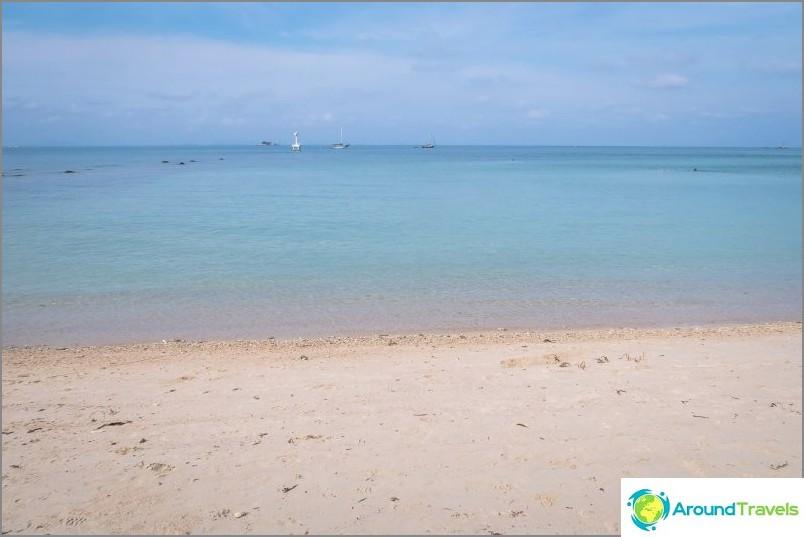Средата на плажа предлага гледка