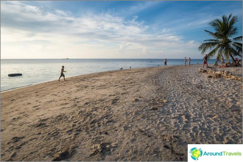 Вдясно плажът става много широк и обичат да висят копангана
