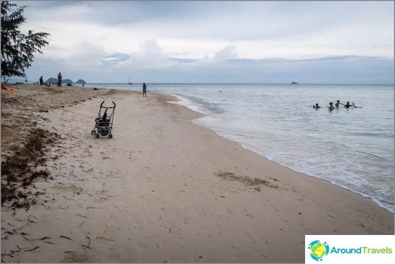 А при отлив хората ходят дори с колички