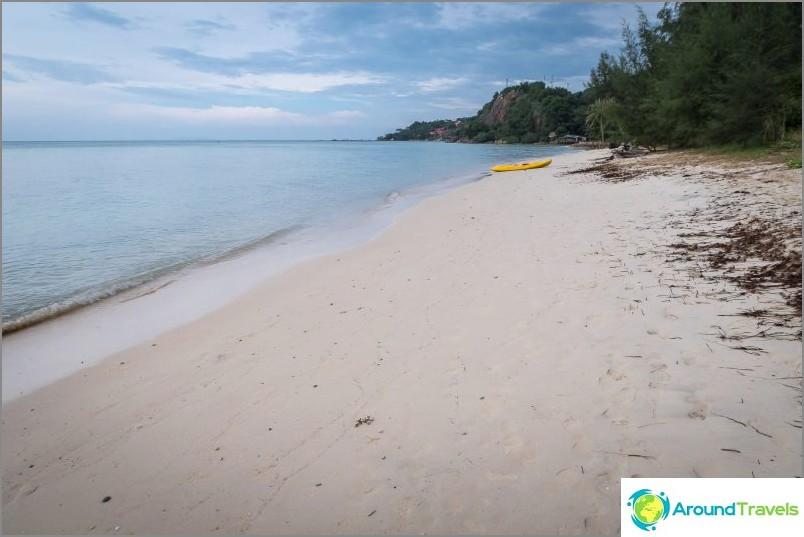 В крайния десен ръб на Naked Beach са скали