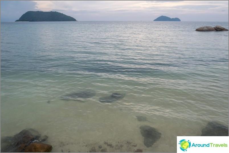 Водата е леко мътна и се виждат камъни под водата. Сезонът на дъждовете, началото на отлив, следобед.