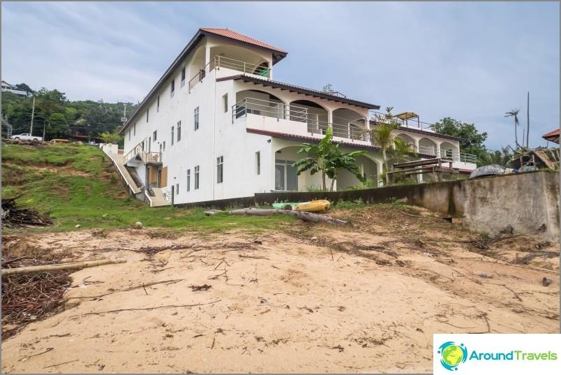 Изглед от плажа отстрани на Glass Cottage и Baan Jaidee Resort