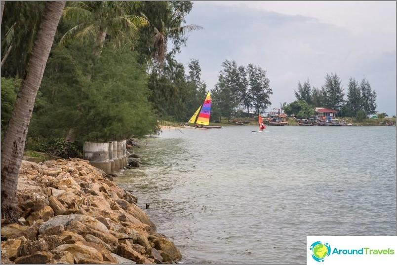 Näetkö vasemmalla betonirenkaita? Tämä on rannan linnoitus kehittymättömällä alueella.