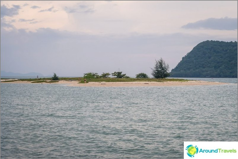 Tämä on saari vastapäätä rannan vasenta reunaa, täällä voit kävellä vesillä tai ohittaa, pitkin hiekkaa sylkeä.