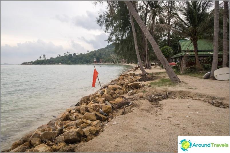 Ao Nai Wok, näkymä oikealta. Nousuveden huipulla on mahdotonta mennä pitkin rantaa menemättä yksityiselle alueelle.