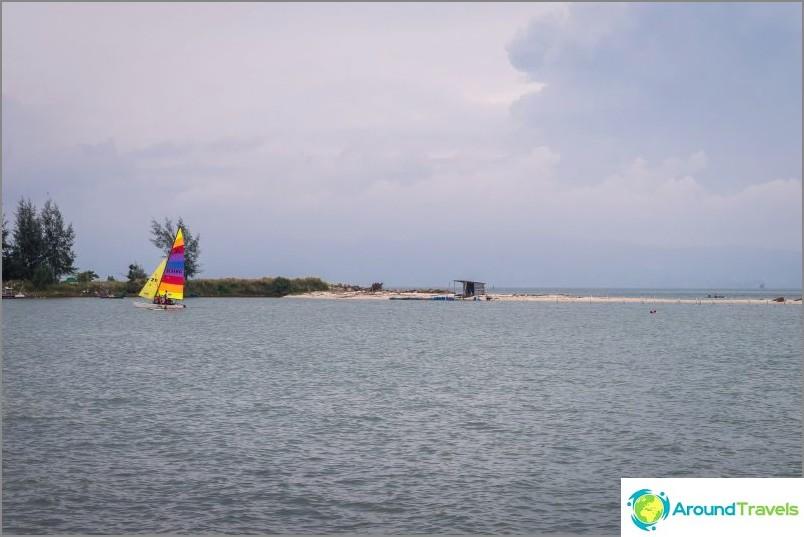 Veneitä ei ole täällä kovin paljon, yleensä jotkut verkot purkautuvat keskeltä, ehkä jotkut kalastajat kasvattivat.
